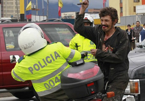 agresión policia con un cuchillo