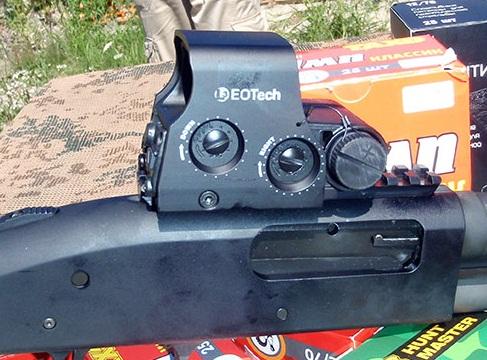 Eotech XPS Holographic montado en una escopeta Mossberg 590.