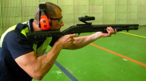 ernesto perez vera encarando una escopeta corredera