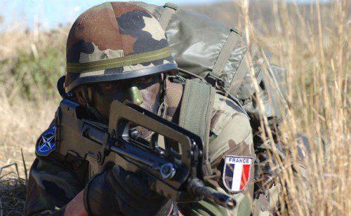Soldado francés armado con el FAMAS
