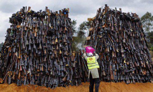 Queman 5000 armas en Kenia