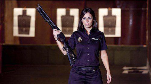 mujer policia arma escopeta