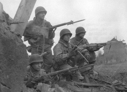 Fusil M1 Garand junto al BAR M3 en la WW2