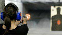 mujer entrenando tiro en galería