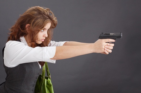 mujer apuntando arma de fuego