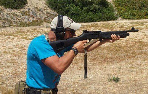 disparando con escopeta táctica