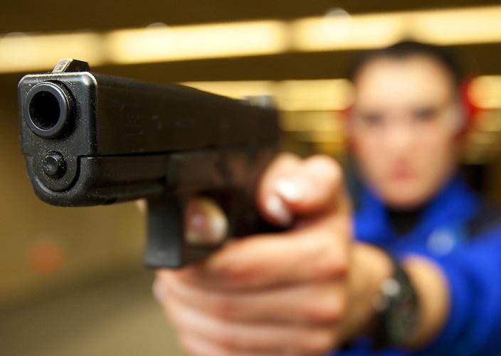 policia disparando glock