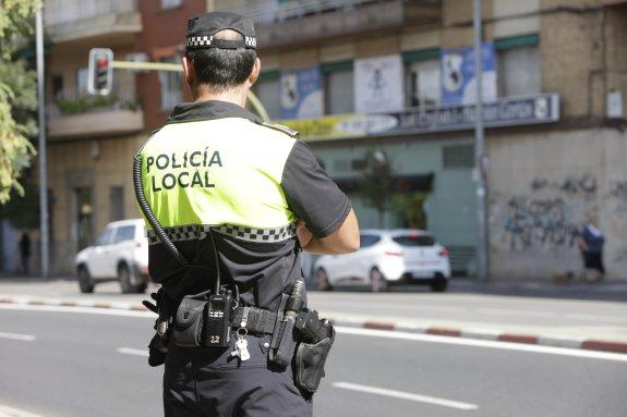 AGENTES DE LA POLICIA LOCAL CON SU ARMA REGLAMENTARIA