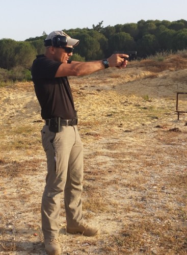 posición pistola extendida tiro