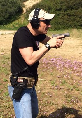 posición plegada pistola