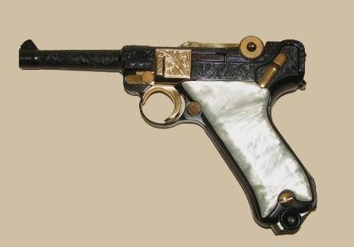 pistola Luger burilada y chapada en oro