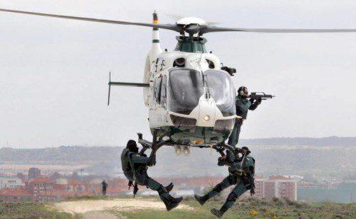 Miembros del GAR trabajando con un helicoptero del Servicio Aereo de la G.C.
