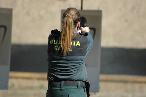 mujer guardia civil disparando