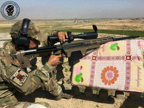 El capitán Al Mokdad al-Seady junto a su rifle HSR Cyclone calibre .50 BMG