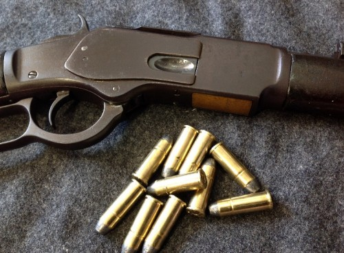 Winchester 1973 junto con la munición 44-40 que dispara.