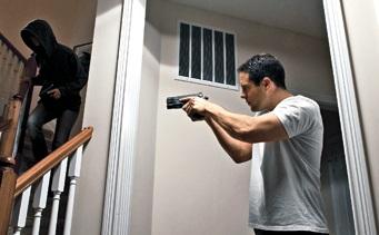 intruso hogar respuesta arma de fuego