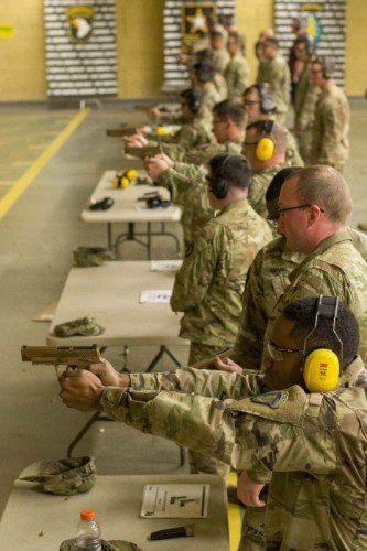 Soldados con la Compañía C del 1st Brigade Combat Team disparando la nueva M17
