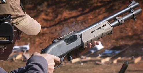 Recargando la escopeta táctica