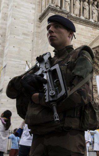 Soldado francés patrullando las calles de París con su fusil FAMAS