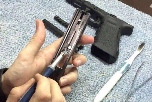 parte el seguro del percutor de una pistola GLOCK.