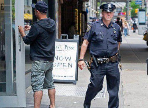 policía del nypd patrullando en Brooklyn con su revólver .38 Spl.